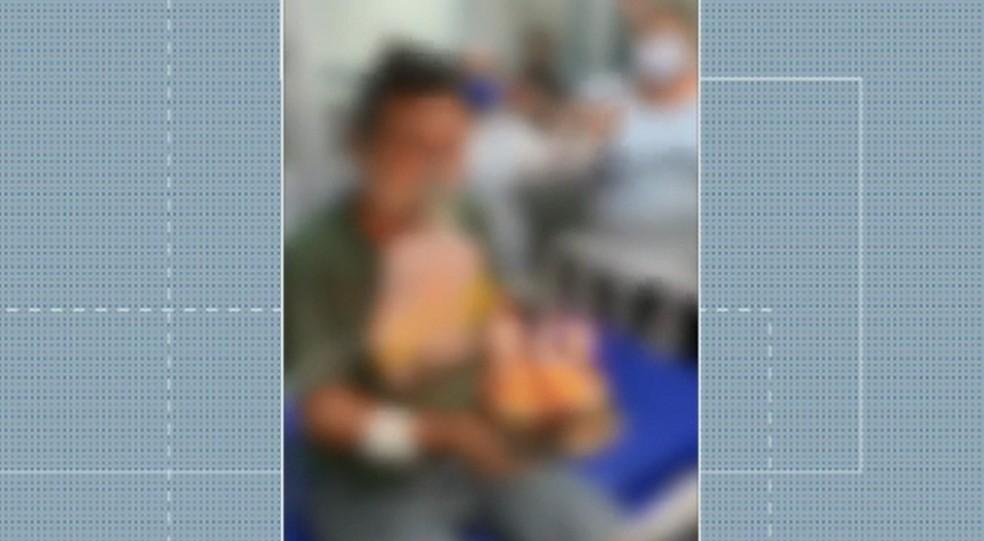 Paciente segura bolo com velas dentro de ala de Covid-19 em UPA de Mossoró, RN — Foto: Reprodução