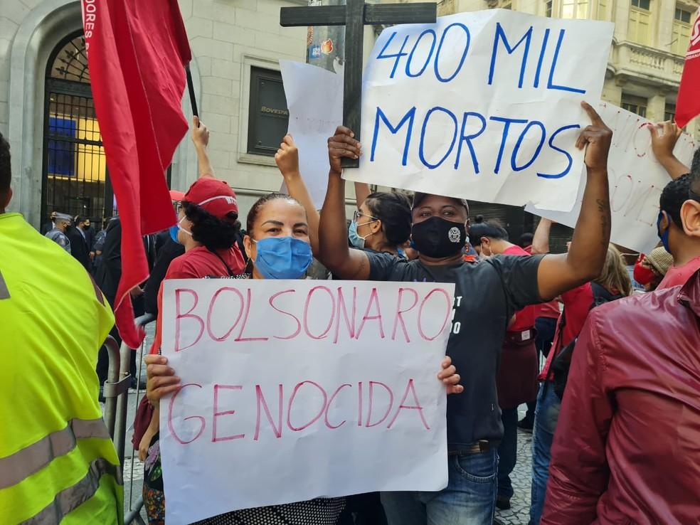 Protesto contra Bolsonaro na B3 em SP faz referência aos mais de 400 mil mortos por Covid no país — Foto: Barbara Muniz/G1