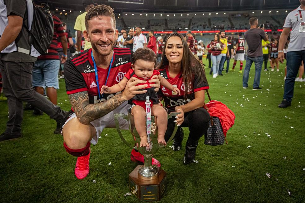 Léo Pereira posa com a filha, Helena, e a esposa, Tainá, após o título da Taça Guanabara — Foto: Paula Reis / Flamengo