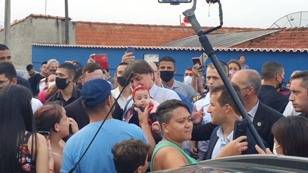 Sem máscara, Bolsonaro segura bebê durante visita a Elias Fausto (SP) — Foto: Tonny Machado/ Raízes FM
