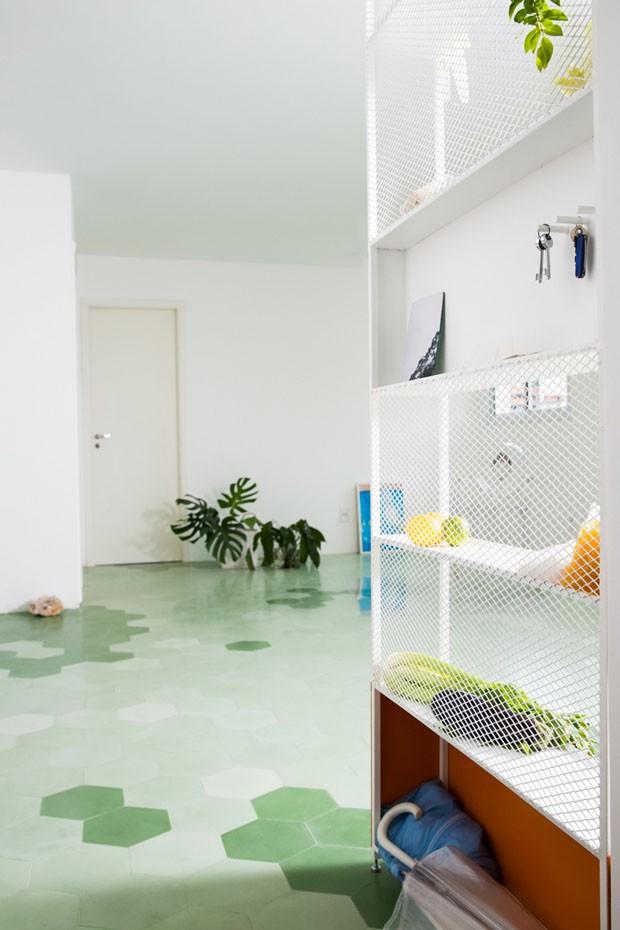 Décor do dia: piso colorido é elemento principal de apartamento (Foto: Reprodução)