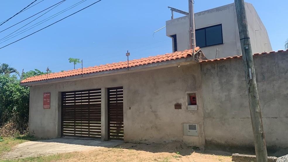 Casa onde estavam o ex-PM e a família em Peruíbe (SP) foi invadida por bandidos — Foto: Carlos Abelha/G1