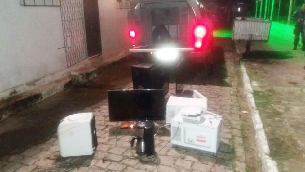 Além do carro, policiais também recuperaram os objetos roubados durante o arrastão em Ponta Negra (Foto: Divulgação/PM)