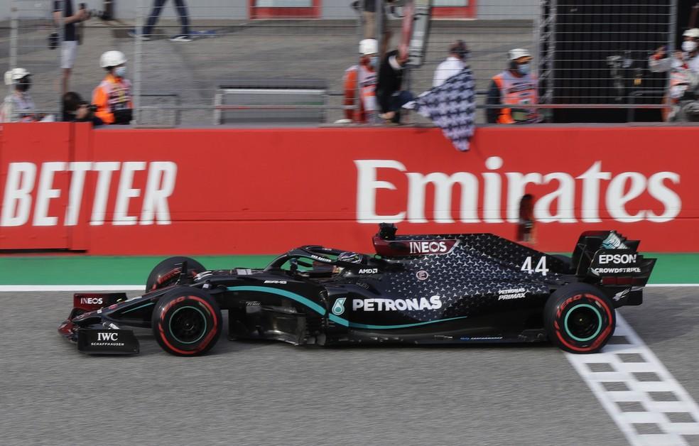 Hamilton cruza a linha de chegada para vencer em Imola — Foto: Getty Images