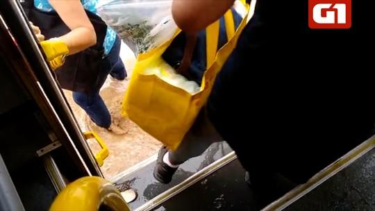 Moradores registram pontos de alagamento em Araruama, no RJ