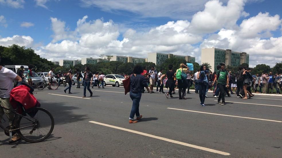 Manifestantes da UnB se dispersam após spray de pimenta no Eixo Monumental (Foto: Ana Luiza de Carvalho/G1)