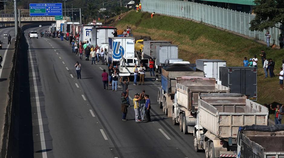 Desde a semana passada, o Estado participa de três grupos de caminhoneiros, sendo cada um deles com cerca de 300 participantes cada (Foto: Estadão Conteúdo)