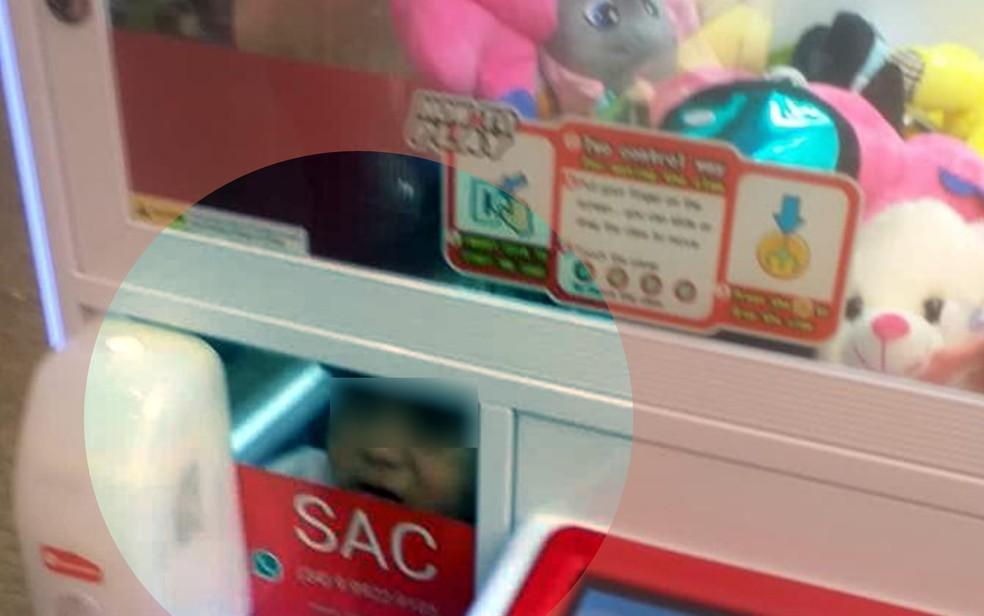 Criança presa dentro de máquina de bicho de pelúcia em shopping de Catalão  — Foto: Reprodução/TV Anhanguera