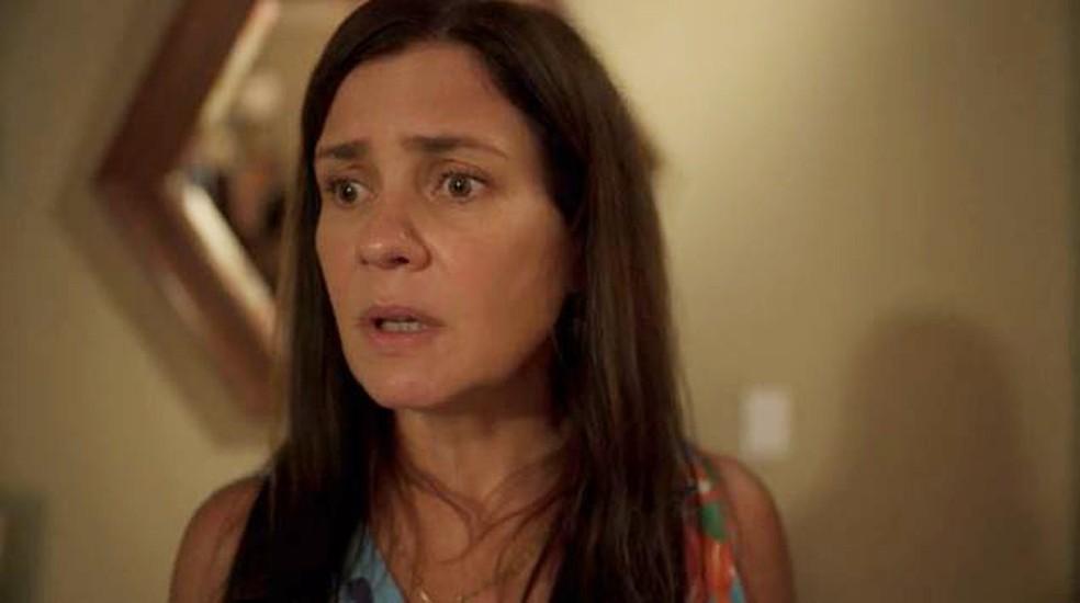 Thelma (Adriana Esteves) vai se fazer de sonsa em 'Amor de Mãe' — Foto: Globo