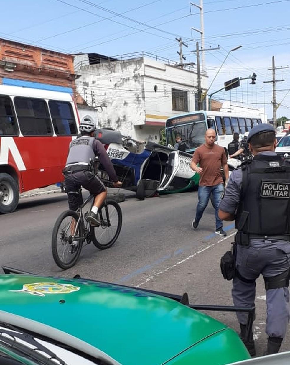 Carro capotou na Avenida Epaminondas, no Centro de Manaus — Foto: Polícia Militar