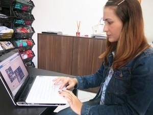 Carol toma conta da parte de marketing da marca e conversa com as clientes (Foto: Mariane Rossi/G1)