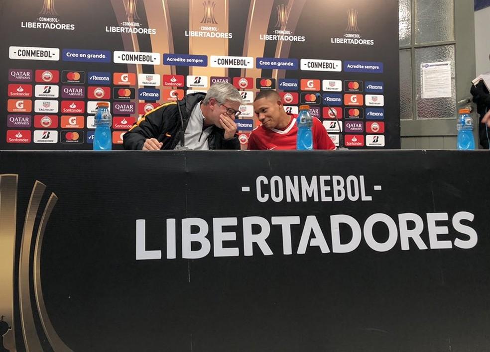 Odair Hellmann e Wellington Silva riem em entrevista coletiva pós-jogo — Foto: Eduardo Deconto / GloboEsporte.com