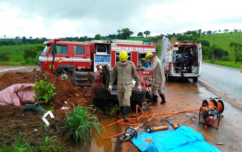 Acidente entre carro e caminhão deixa jovem morta e três mulheres feridas na BR-080, em Uruaçu — Foto: Corpo de Bombeiros/Divulgação