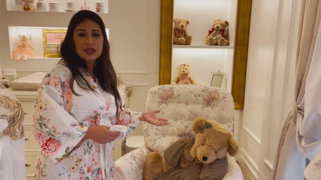 Simone mostra quarto de Zaya (Foto: Reprodução/Youtube)