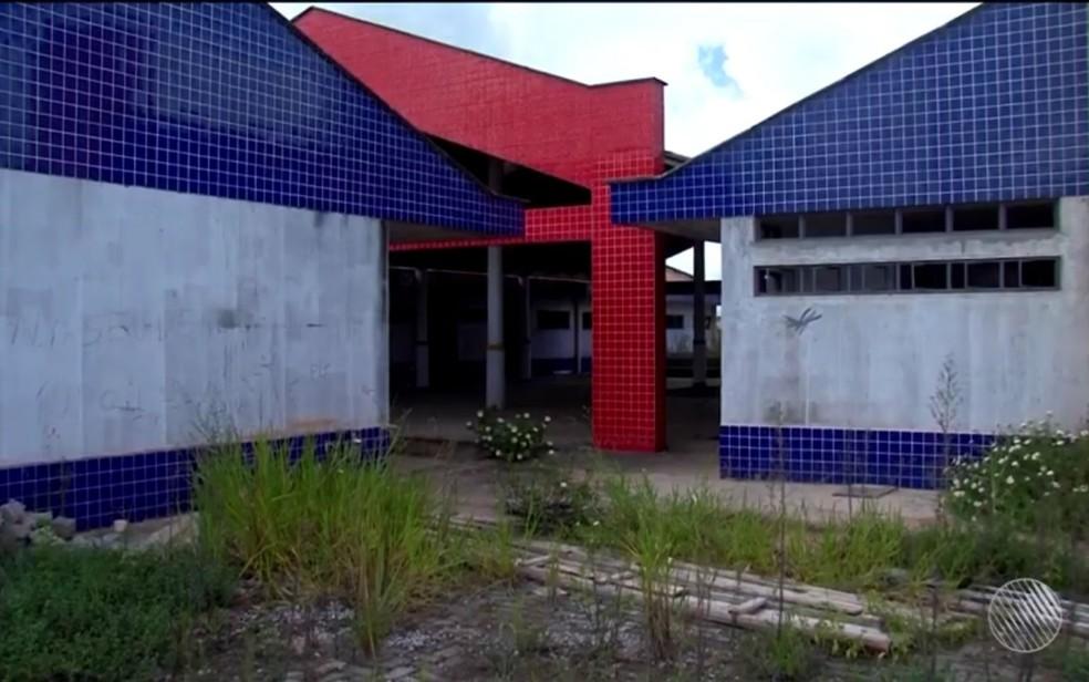 Mato toma conta de creche abandonada no bairro de Itapoan, em Eunápolis (Foto: Reprodução/TV Santa Cruz)