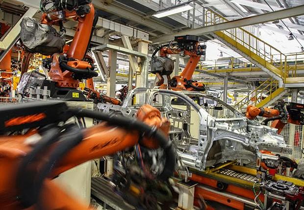 Robôs na linha de produção de carros em fábrica da Volkswagen (Foto: Divulgação)