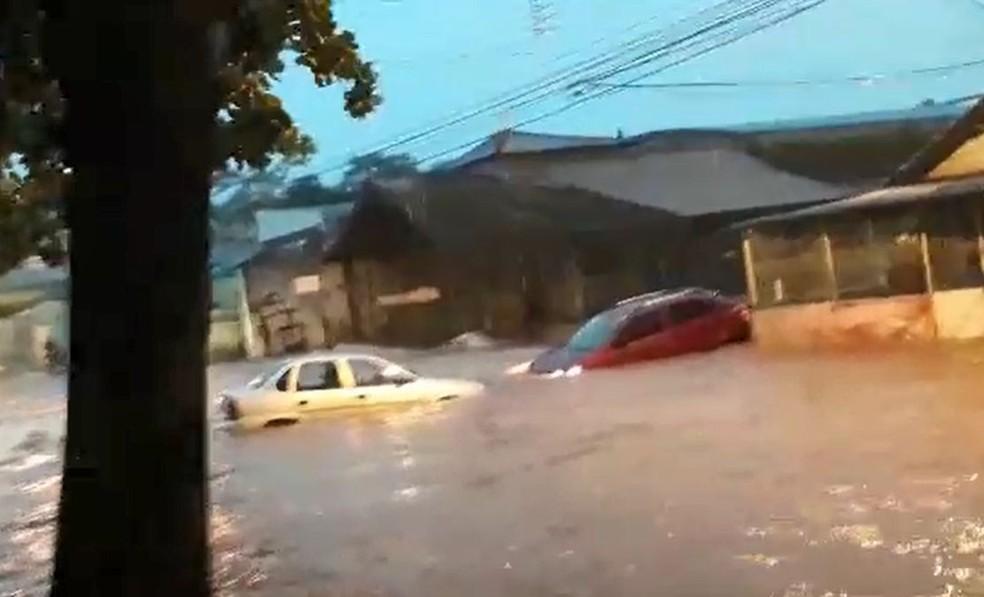 Carros ficaram quase encobertos pela água durante a chuva em Tupã  — Foto: Arquivo pessoal