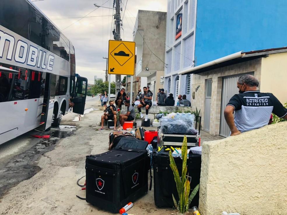 Ônibus do Botafogo pega fogo, em Campina Grande — Foto: Waléria Assunção/TV Paraíba