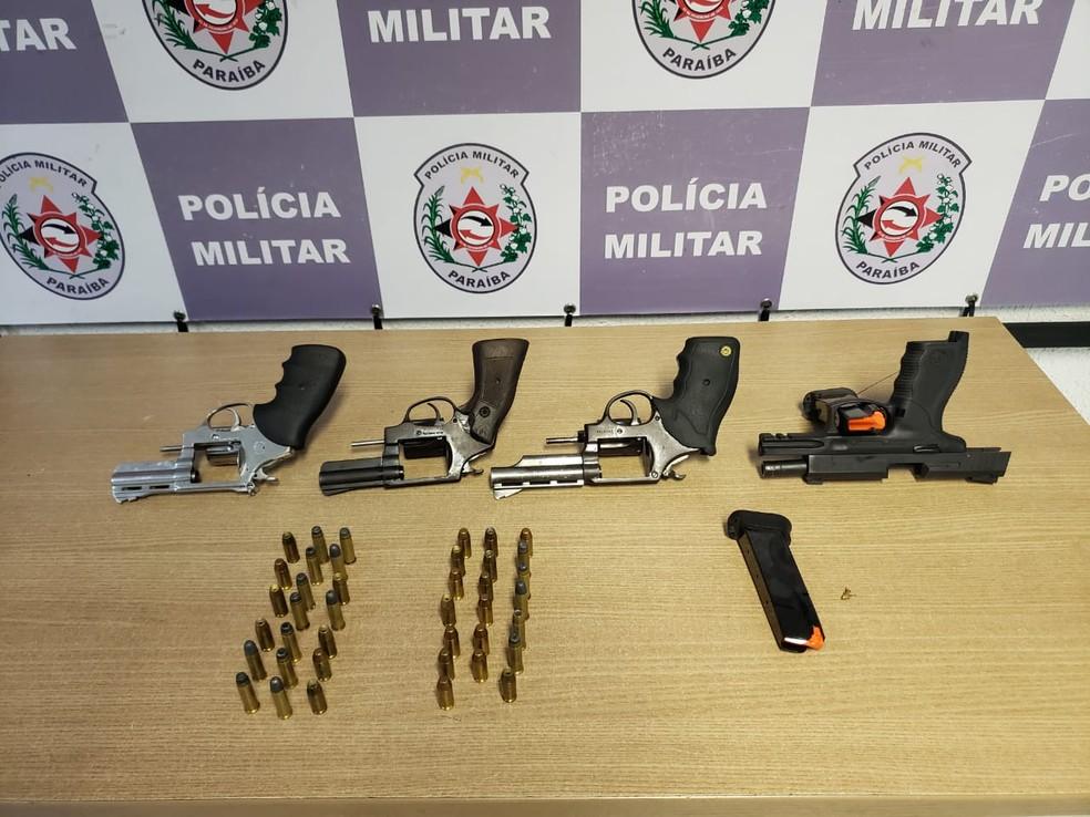 Armas e munições apareendidas na ação da PM — Foto: Divulgação/Polícia Militar