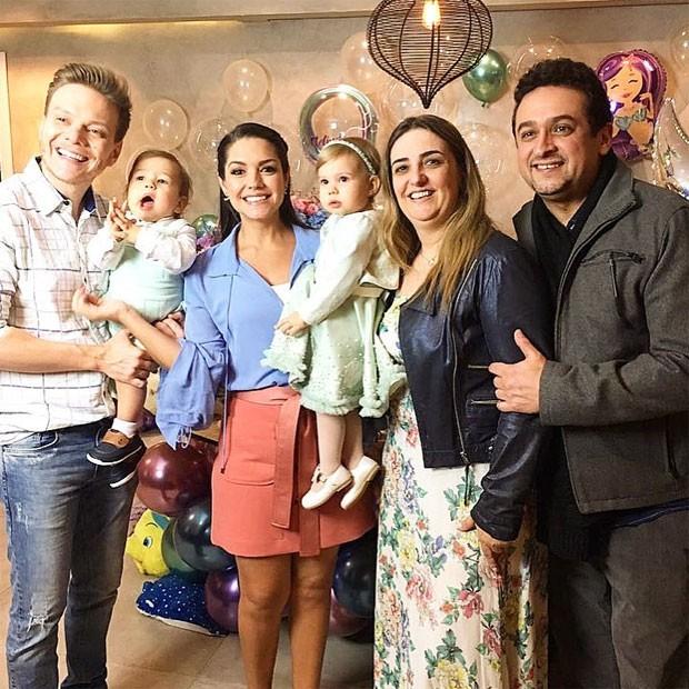 Melinda entre os pais, o irmão e amigos  (Foto: Reprodução)