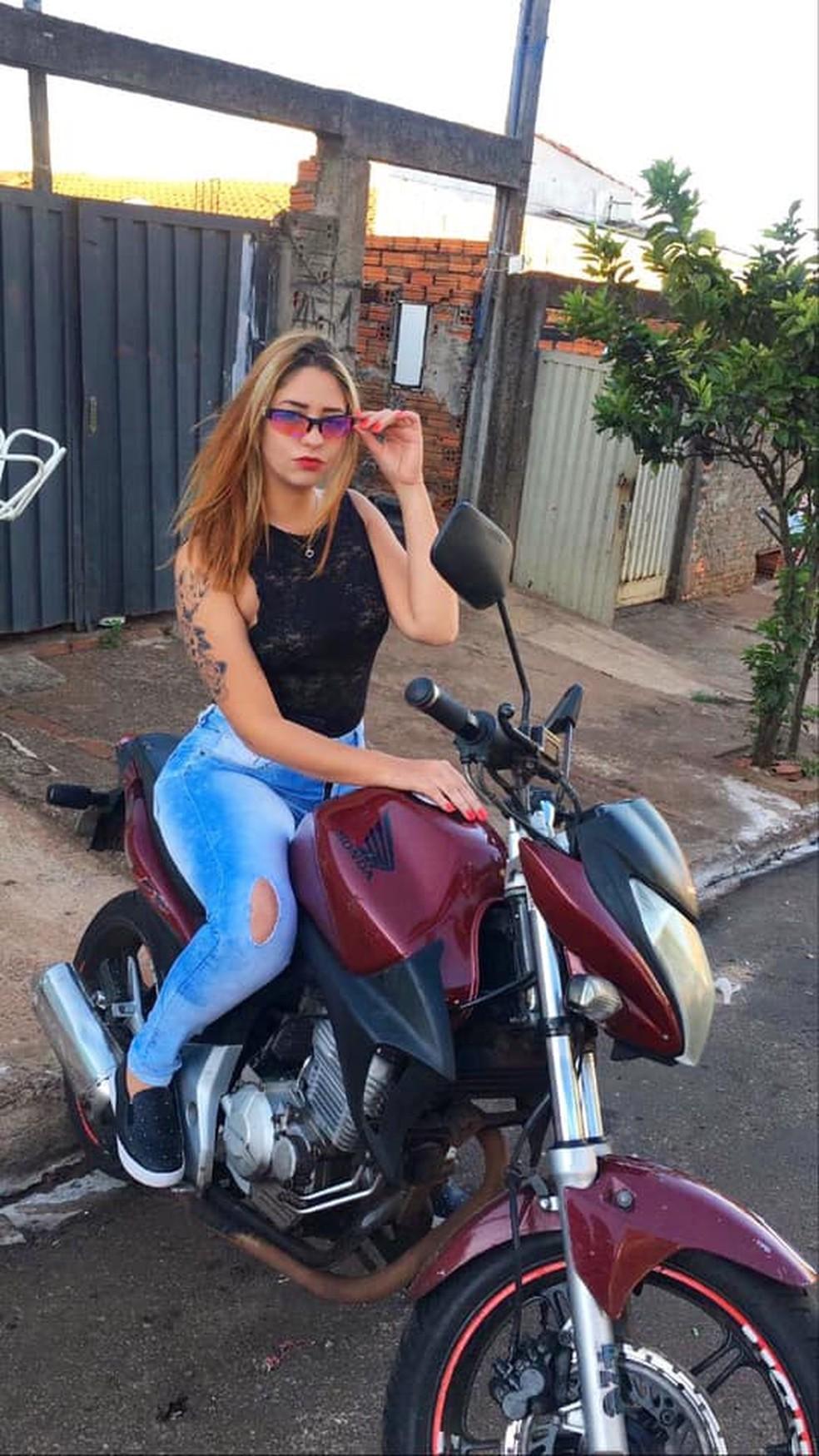 Letícia pilotava a moto quando sofreu o acidente em Jaú  — Foto: Facebook/ reprodução