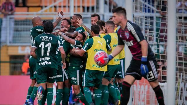Jogadores do Palmeiras comemoram o gol de Carlos Eduardo