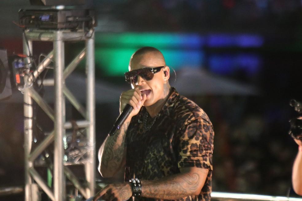 """""""Gigante"""", Léo Santana animou o público na segunda noite de Carnatal, em dezembro — Foto: Elias Medeiros"""