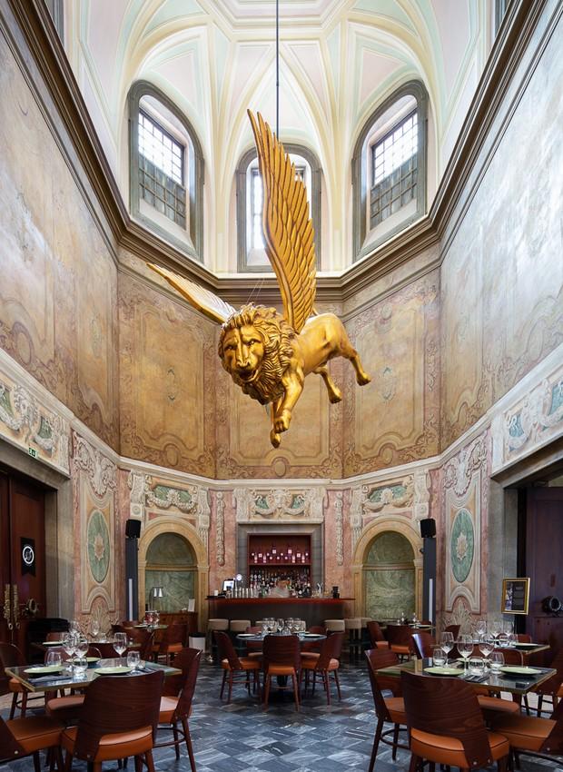 Na parte de cima do salão principal, janelas trazem luz natural para dentro e refletem o leão dourado preso no teto (Foto: Alexander Bogorodskiy/ Designboom/ Reprodução)