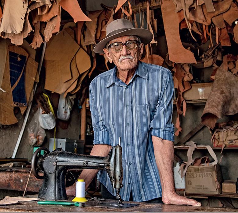Vaqueiros do Pajeú - o mestre artesão Preto Leite, dono de um saber ancestral, em sua oficina (Foto: José Medeiros)