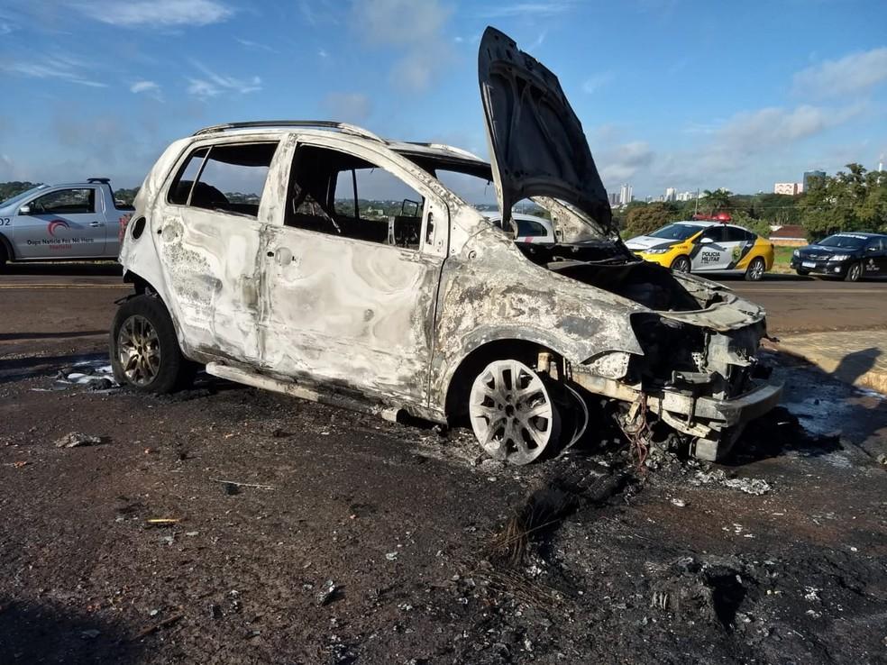 Segundo a polícia, próximo do local onde o corpo foi encontrado, a equipe policial encontrou um carro incendiado — Foto: William Brisida/RPC