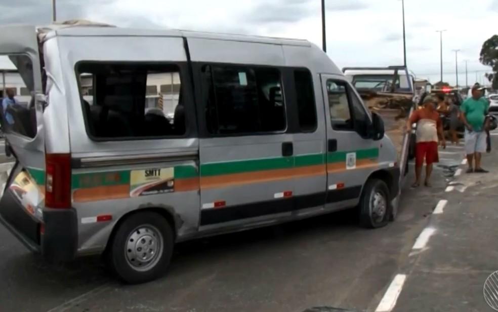 Van que foi atingida por ônibus em Feira de Santana — Foto: Reprodução/TV Subaé