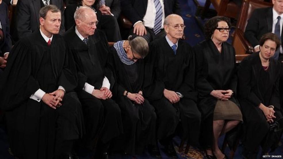 Momento em que a juíza da Corte Suprema dos EUA Ruth Ginsburg dorme durante discurso de Barack Obama em 2015 — Foto: Getty Images/BBC
