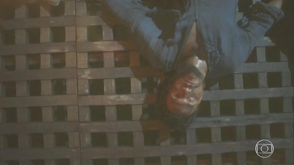 Thomas (Gabriel Braga Nunes) morre pelas mãos de Fred Sem Alma (Leopoldo Pacheco), em 'Novo Mundo' — Foto: TV Globo