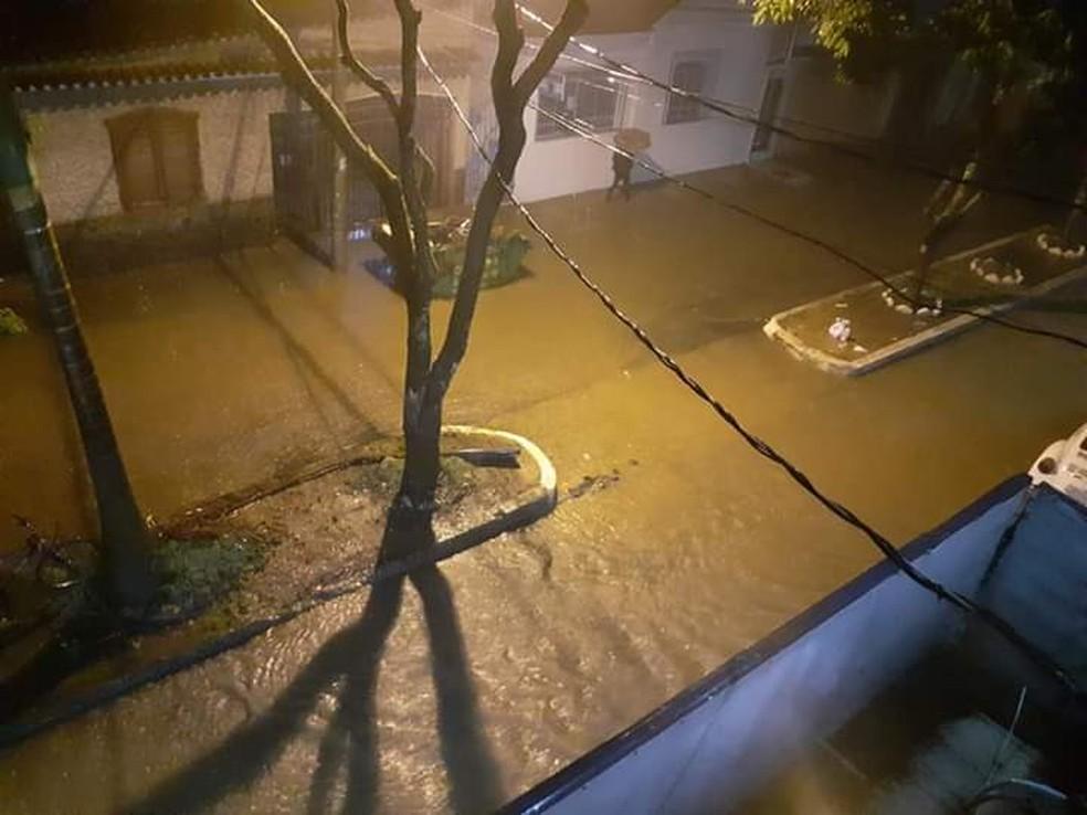 Chuva alagou diversos pontos de São João del Rei durante a madrugada — Foto: Redes Sociais/Reprodução