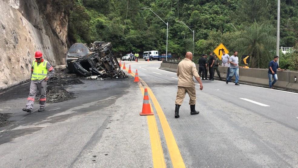 Equipes atuavam no local por volta das 14h40 no local do acidente; parte da pista da Tamoios segue interditada  — Foto: Pedro Melo/ TV Vanguarda