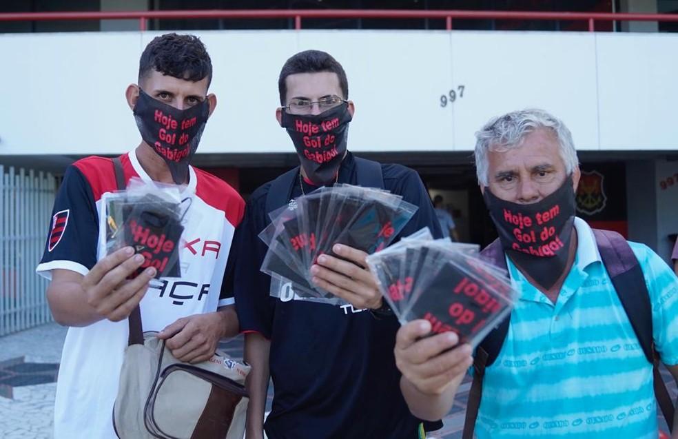 Ambulantes vendendo a máscara na porta da Gávea — Foto: Marcos Serra Lima