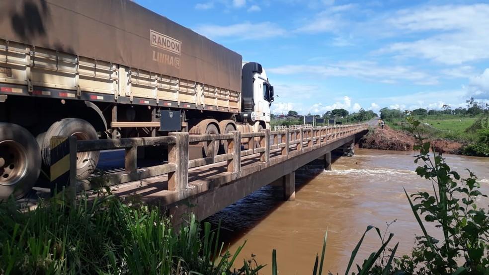 Ponte sobre o Rio Riozinho voltou a ser fechada parcialmente — Foto: Magda Oliveira/G1