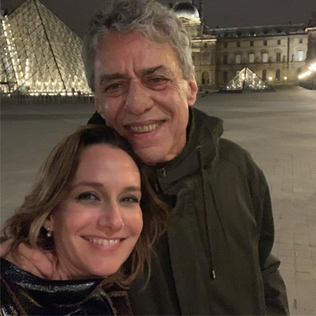 Chico Buarque e Caroline Proner (Foto: Reprodução Instagram)