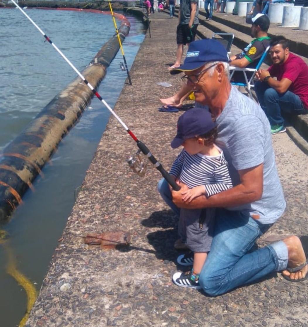 Martin pesca com o avô (Foto: Reprodução/ Instagram)