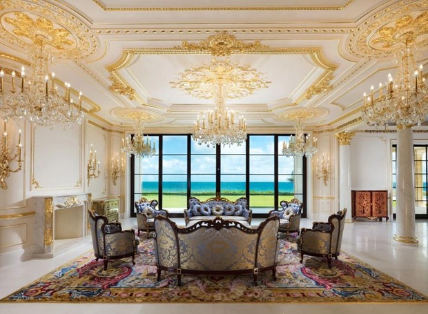 Os acabamentos de ouro está pelas paredes e os móveis vitorianos deixam o ambiente ainda mais clássico (Foto: Top Ten Real Estate Deals/ Reprodução)