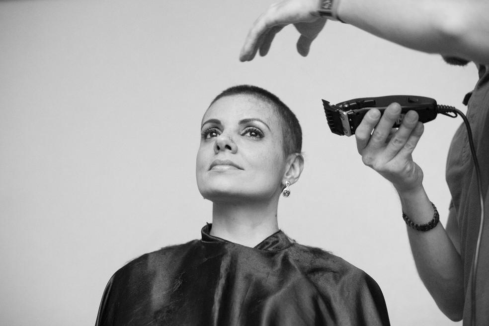 A servidora Nádia Bueno raspou os cabelos enfraquecidos durante tratamento de câncer e decidir 'lutar' — Foto: Áurea Andrade