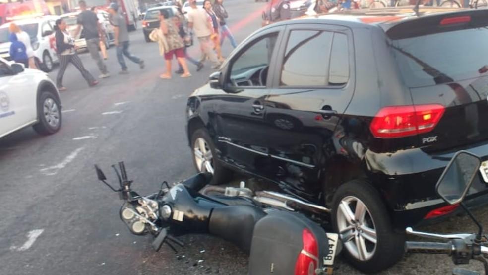 Moto de policial de folga foi atingida por veículo roubado em São Vicente, SP (Foto: Divulgação/Polícia Militar)