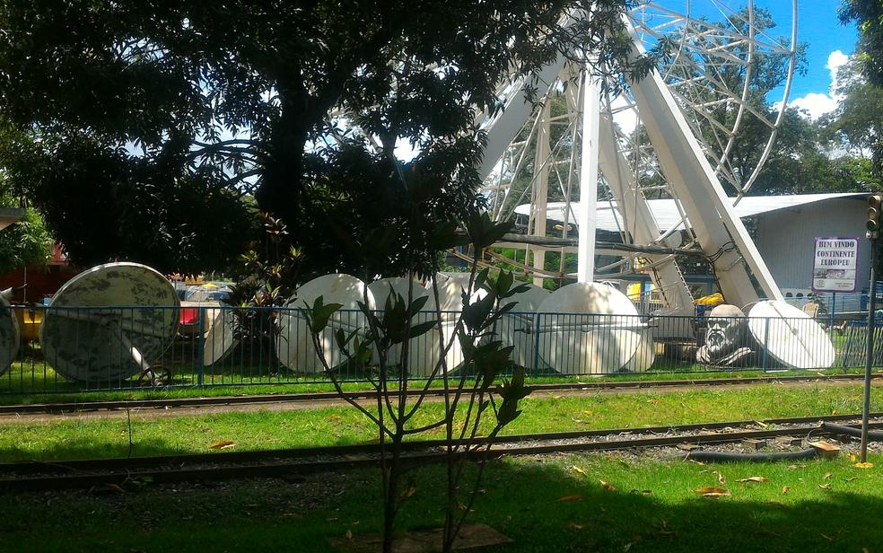 Roda-gigante com peças no chão no Parque Mutirama, em Goiânia (Foto: Vanessa Martins/G1)