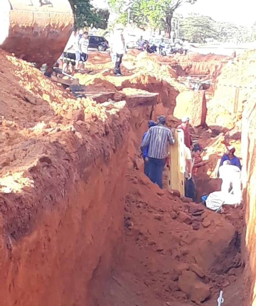 Polícia resgatou trabalhadores soterrados. — Foto: Reprodução