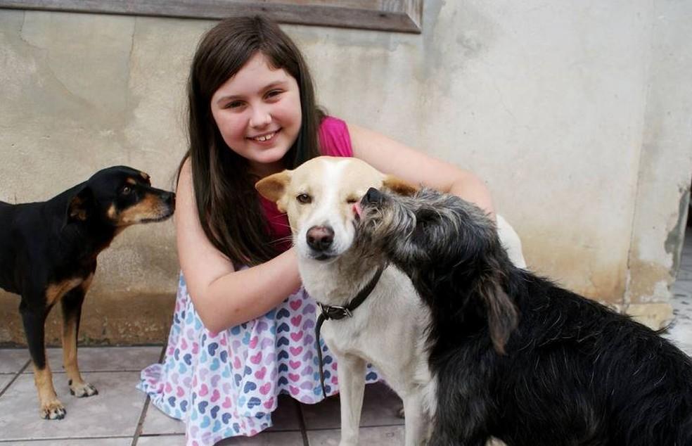 Manuela é voluntária da causa animal desde os 9 anos (Foto: Manu Pets/Divulgação)