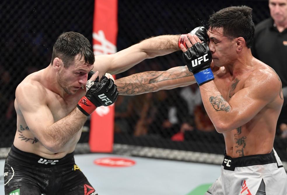 Callan Potter golpeia Maki Pitolo em sua vitória no UFC 243 — Foto: Getty Images