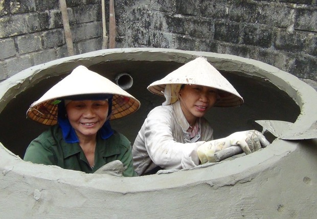 Vietnamitas construindo seus novos biodigestores. Estrutura é barata e beneficia a saúde dos utilizadores, além do meio ambiente (Foto: Twitter/SNV)