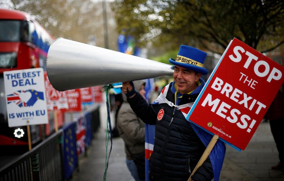 Homem protesta contra o Brexit perto Parlamento britânico, em Londres. — Foto: Henry Nicholls/Reuters