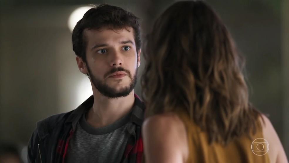 Giovanni (Jayme Matarazzo) fica tenso quando Camila (Agatha Moreira) questiona seu envolvimento na explosão - 'Haja Coração' — Foto: Globo