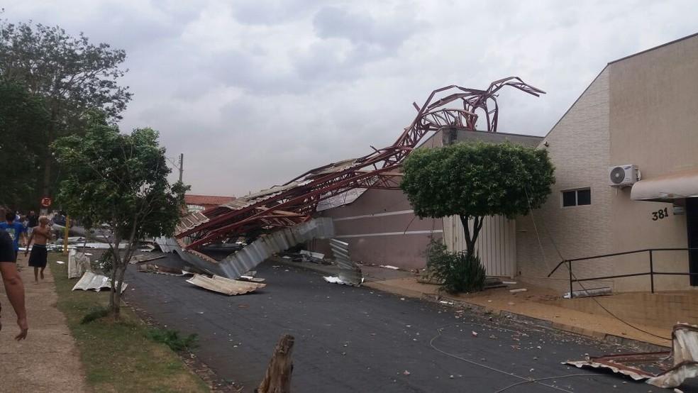 Estrutura metálica da rodoviária atingiu casas de Novo Horizonte (Foto: Arquivo pessoal)